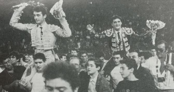 Enrique Ponce y El Soro a hombros el 9 de octubre de 1992. / Foto: Peral